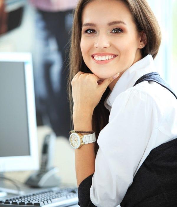 Frau am Bildschirm