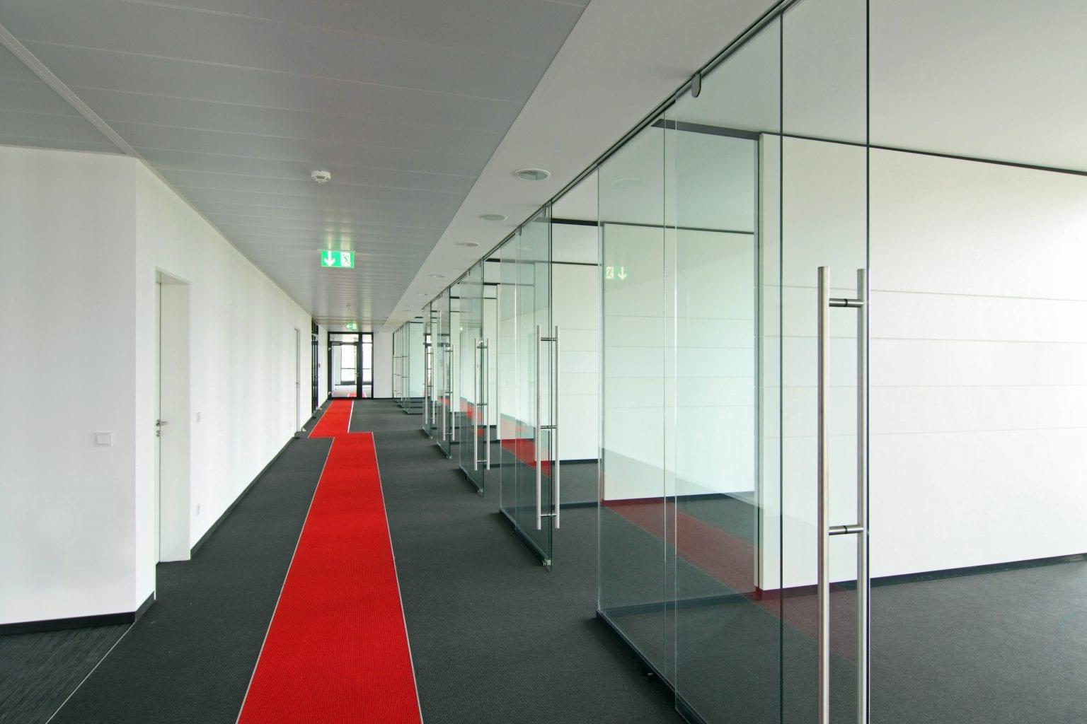 Glaswand ohne Rahmen für optimale Transparenz
